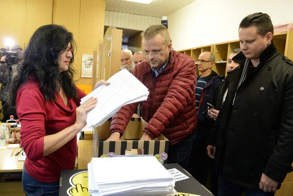 Odovzdávanie petície na magistráte. Organizátori podpisovej akcie odmietajú slová ozavádzaní obyvateľov mesta.