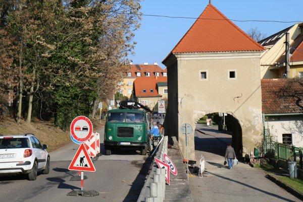 Pre rekonštrukciu veže muselo mesto na niekoľko dní úplne uzavrieť Cintorínsku ulicu.