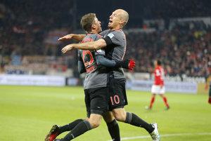 Thomas Muller (vľavo) a Arjen Robben sa radujú po jednom z gólov Bayernu Mníchov.
