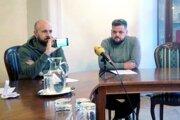 Primátor Peter Bročka (vľavo) a predseda športovej komisie Juraj Fuzák počas brífingu ukazujú novinárom video s Vladimírom Poórom.