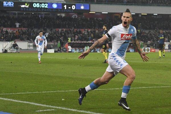 Marek Hamšík v drese NEapolu po strelení gólu na 2:0 v zápase s Interom Miláno.