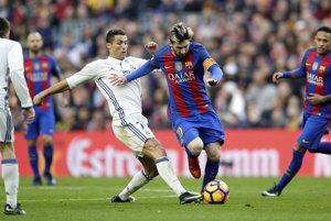 Lionel Messi v súboji s Cristianom Ronaldom (v bielom).