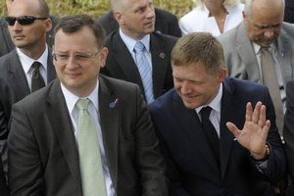 Premiér Robert Fico (vpravo) a predseda vlády Česka Petr Nečas na hrebeni Veľkej Javoriny počas Slávností bratstva Čechov a Slovákov.