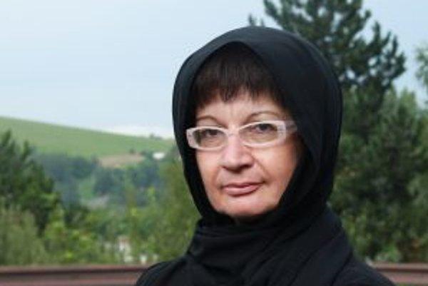 Narodila sa v roku 1961 v Leviciach. Vyštudovala Banícku fakultu na VŠT v Košiciach (odbor geológia a geologický prieskum), pracovala ako geologička v Banskej Štiavnici, pôsobila v treťom sektore, neskôr ako programová riaditeľka rádia Lumen v Banskej Bys