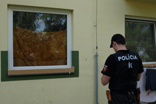 Neznámy strelec niekoľkokrát vystrelil do okna a steny bytovky na Ciglianskej ceste v Prievidzi.