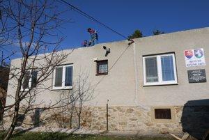Počasie pri rozoberaní strechy na budove Obecného úradu v Rudnianskej Lehote robotníkom ešte prialo.