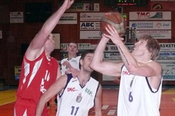 Róbert Nuber (vpravo) si basketbal nezahrá minimálne štyri týždne.