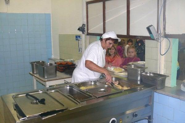Ak sa platy kuchárkam vškolských jedálňach nezdvihnú, tak reálne hrozí, že čoskoro vnich nebude mať kto variť. Myslí si to Ľudmila Ftáčiková.