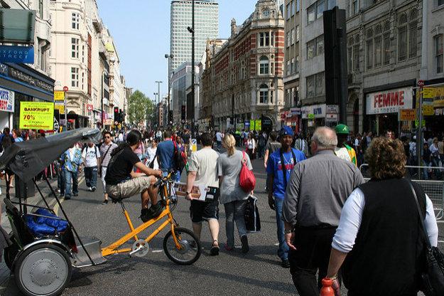 Oxford Street je v Londýne populárna nákupná ulica.