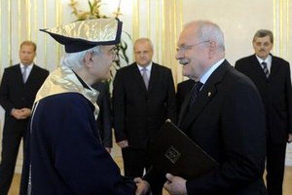 Gašparovič rozdával dekréty.