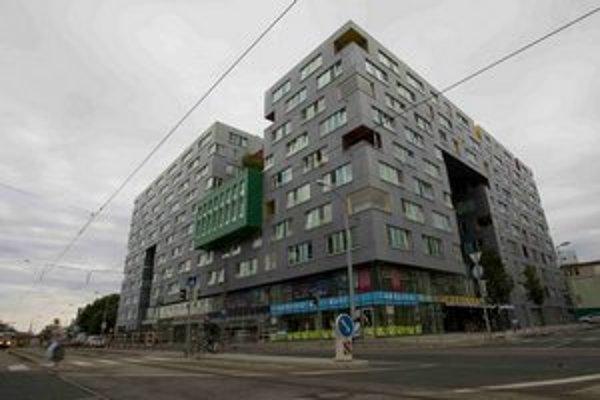 V tejto budove býva a parkuje Štefan Harabin.
