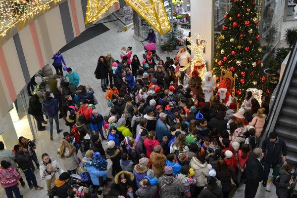 Na fotku s Mikulášom čakali desiatky detí.