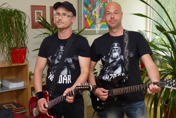 Dekan Rastislav Rosinský s Kukom počas nakrúcania klipu.