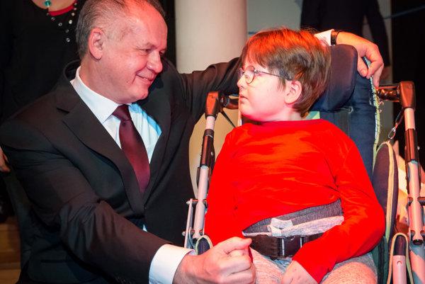 Prezident SR Andrej Kiska a žiak ZŠ Tbiliská Tomáško počas slávnostného udeľovania ocenení Detský čin roka 2016.