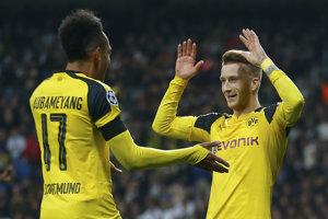 Pierre-Emerick Aubameyang (vľavo) sa teší so spoluhráčom Marcom Reusom.