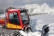 Ratrak upravuje stopu na Javorníckej lyžiarsko - bežeckej magistrále.