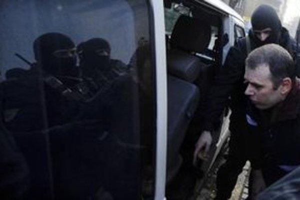 Volodymyr Y. v sprievode polície po prepustení z väzby 22. februára 2012 v Bratislave.