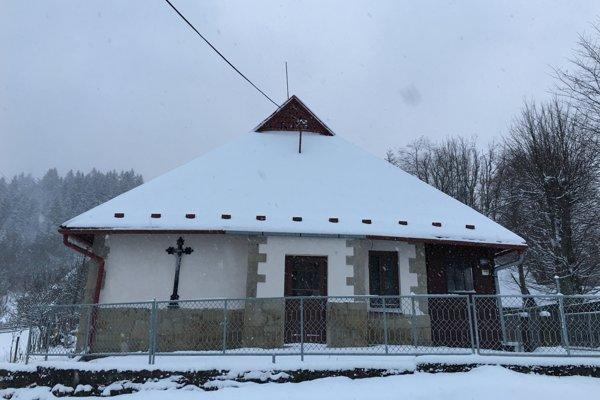 Priečelie kaplnky na Semeteši už aj snovým krížom.