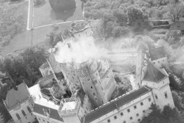 Požiar zničil všetky veže a strechy Stredného hradu.