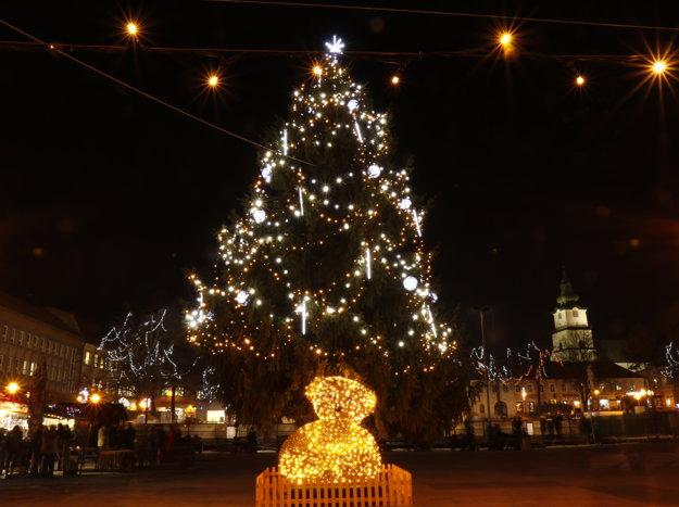 Vianočný stromček v centre Prievidze.