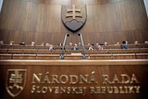 Poslanci budú z troch kandidátov vyberať dvoch členov Súdnej rady.