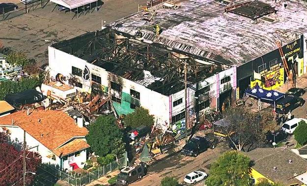 Sklad v Oaklande po požiari.