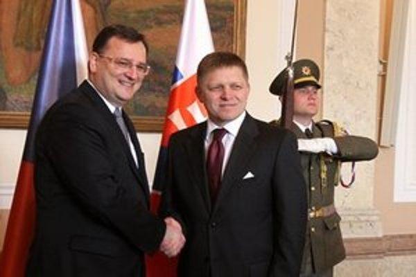 Český premiér Petr Nečas a predseda vlády SR Robert Fico počas prijatia v Prahe.