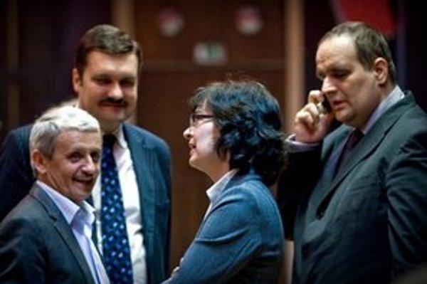 Mikuláš Dzurinda, Viliam Novotný, Lucia Žitňanská a Pavol Frešo pred začiatkom rokovania regionálneho predsedníctva SDKÚ-DS v Bratislave.