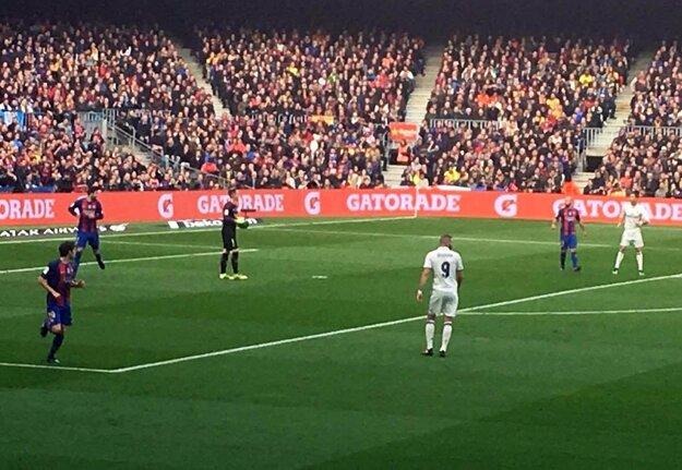 Pohľad z miesta, kde sedeli klienti Goal Travelu. Na snímke sú v bielych dresoch Benzema a Ronaldo.
