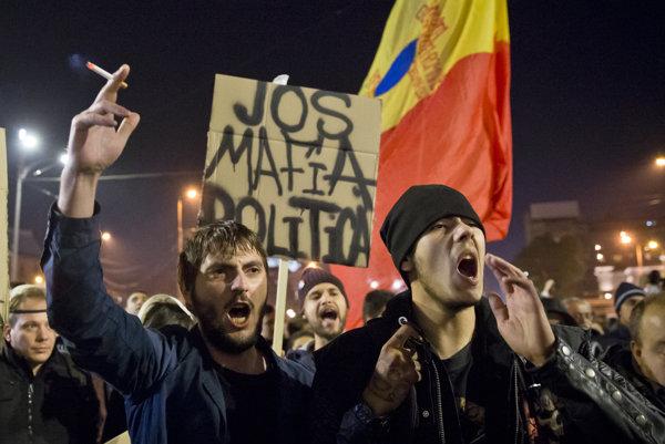 Politická mafia, skandovali rumuni v roku 2015 na protest proti socialistom. Teraz socialisti jednoznačne vyhrali voľby.
