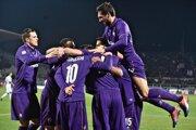 Futbalisti Fiorentiny oslavujú gól do siete Sassuola.
