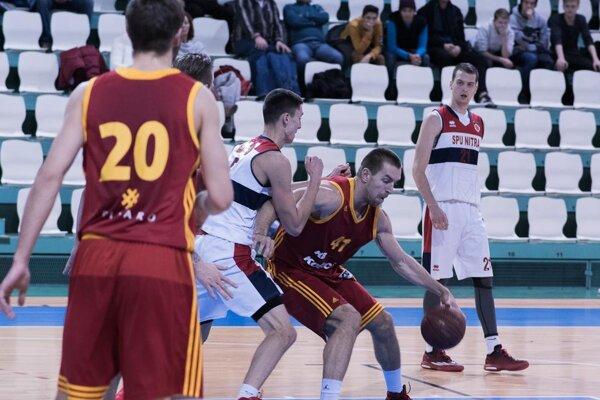 Košičana Baťku (s loptou) bráni Pánis, vpravo nový hráč Nitry Bogdan Riznič.