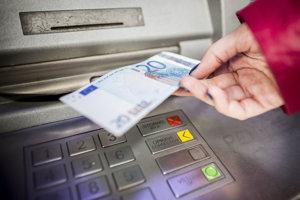 Mužovi sa z bankomatu podarilo vybrať 200 eur.