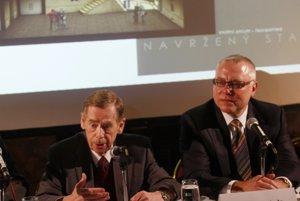 Bývalý československý a neskôr český prezident Václav Havel (vľavo) a podnikateľ  Zdeněk Bakala.