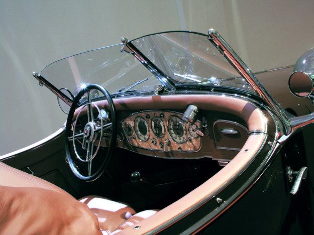Prístrojový panel s piatimi okrúhlymi ciferníkmi, umiestnený v strede,  bol buď zo vzácneho dreva alebo perlete.