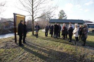 Úvodnú tabuľu odhalil podpredseda kraja M. Berta a starosta obce R. Červienka.