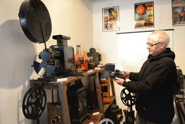 Zaujímavú zbierku kamier, premietacích strojov a fotoaparátov ponúka Slovenské technické múzeum – Múzeum kinematografie rodiny Schusterovcov v Medzeve. Na snímke správca múzea Štefan Kraus.
