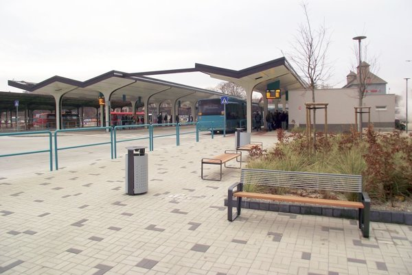 Vynovená časť stanice, vpravo vzadu je budova nových toaliet.