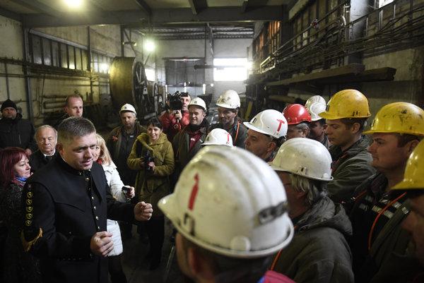 Premiér Robert Fico (Smer) prišiel v baníckom odeve do Hornonitrianskych baní. Na podpore nič meniť nechce.