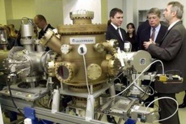 V roku 2004 otvorili v Bratislave laboratóriá nanotechnológií a mezoskopických javov.