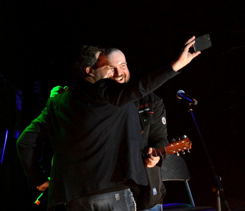 """Aplauz pre Košičana. Marián Čekovský odspieval Táslerov autorský počin """"Myslím, že môže byť"""". Ivan ho sprevádzal na gitare. Nezabudli na selfie. S Mirom odohral sólo na klávesoch ako sprievod k piesni """"Mám krásny sen""""."""