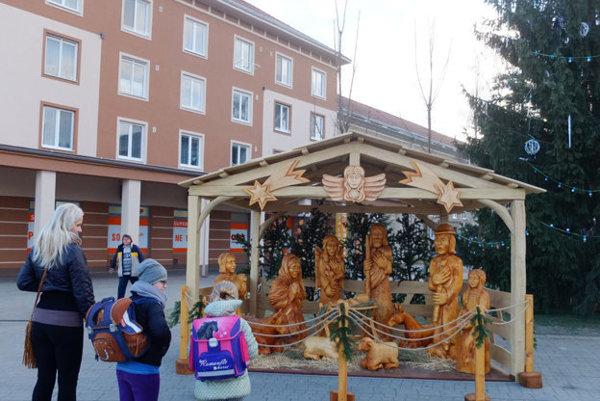 Súčasťou kultúrneho programu bude aj posvätenie nového dreveného betlehemu.