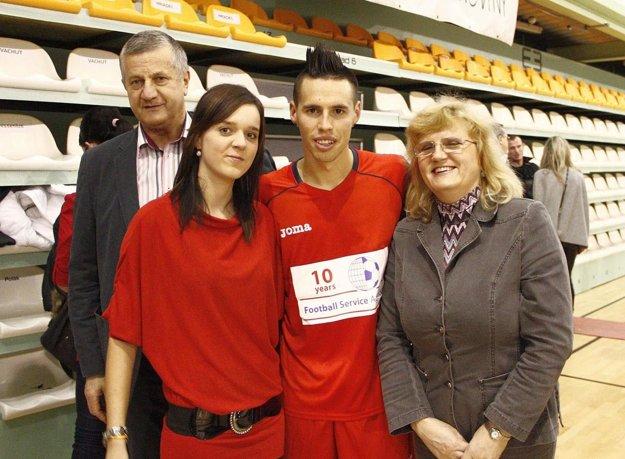 Miroslav Murčo s manželkou, neterou a kapitánom slovenskej reprezentácie Marekom Hamšíkom.