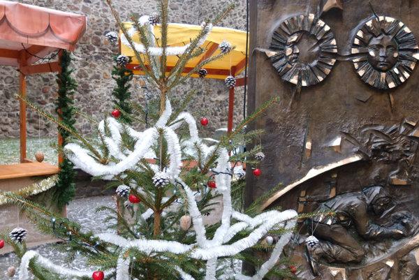 Malé vianočné trhy prichystali v Kremnici priamo v historickom medzibrání.