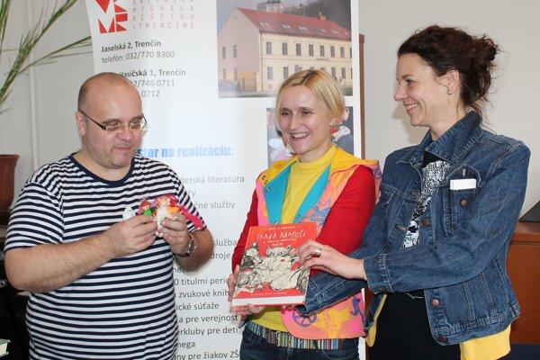 Krstnými rodičmi knižnej novinky Barbory Kardošovej (v strede) sa stala Katka Slaninková aDado Nagy.