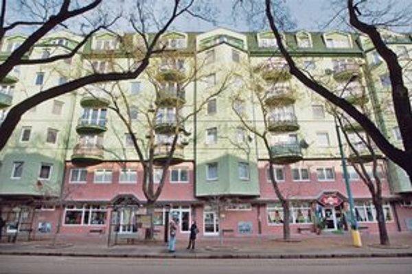Peter Holúbek, ktorého vyhodili zo SIS aj pre kontakty s novinárom Tomom Nicholsonom, býval v dome na Vazovovej ulici v Bratislave, kde mali vzniknúť odpočúvania z Gorily. Peter Vačok tam má dodnes advokátsku kanceláriu.