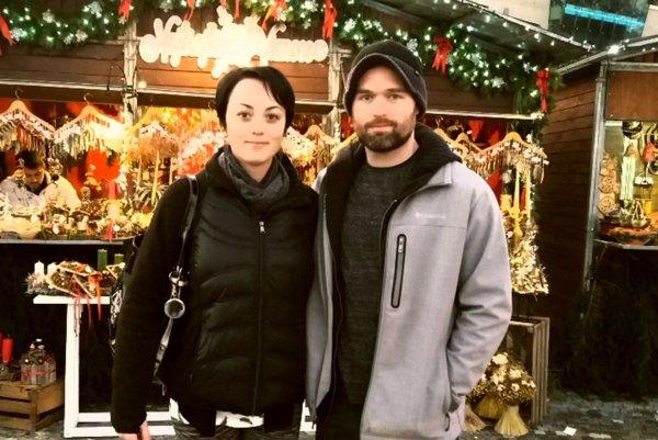 Takto by ste ho ani nespoznali. Jamie Milam so snúbenicou Terescou na vianočných trhoch.
