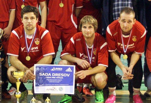 Partnerom turnaja sú opäť aj značky Legea, Adidas a stránka www.futbalservis.sk. Pokračuje tak pekná tradícia, že víťazný tím sa môže tešiť na novú sadu dresov. Vlani sa z nej tešili Bábania.