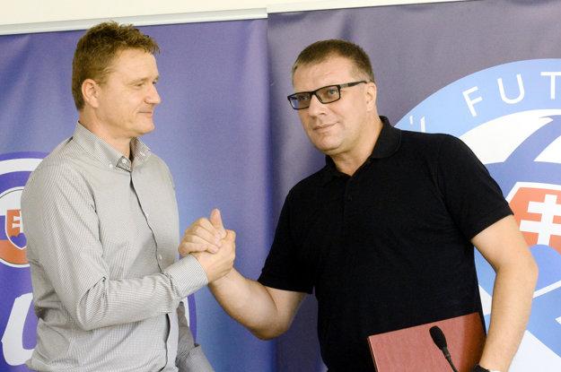 Ivan Kozák (vľavo) so šéfom slovenského futbalu Jánom Kováčikom.