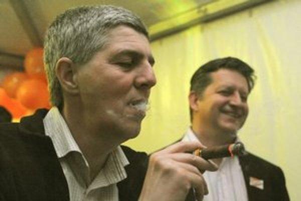Béla Bugár fajčí cigaru.